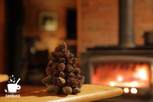 カラマツの松ぼっくりで作ったクリスマスツリー。
