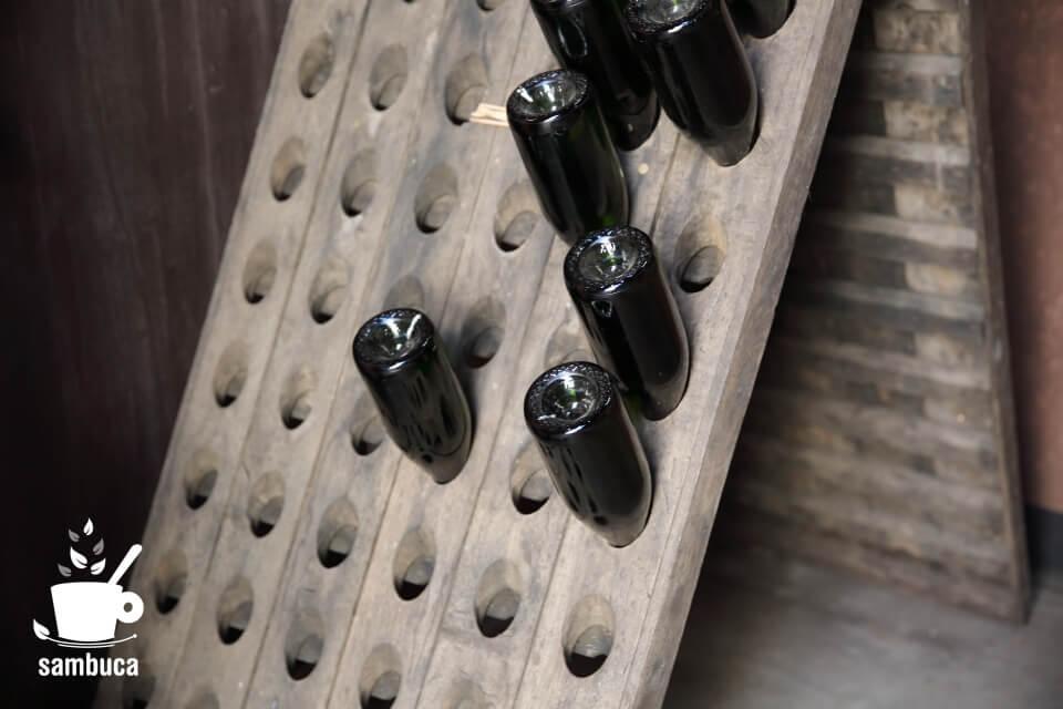 穴の開いた板にビンを立ててルミュアージュ