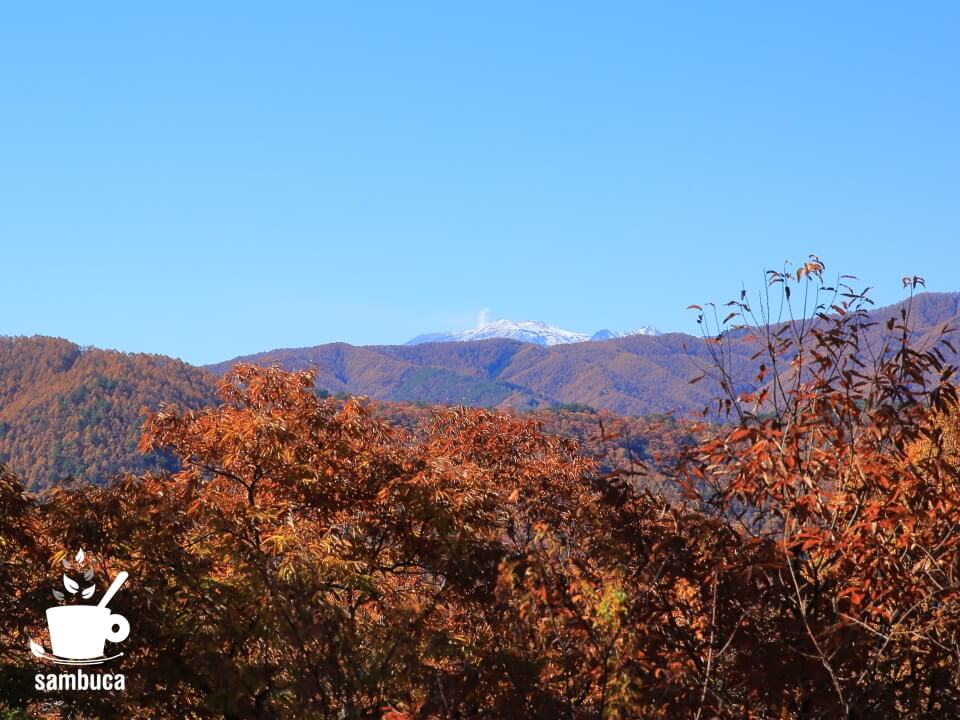 山並みの向こうに御嶽山