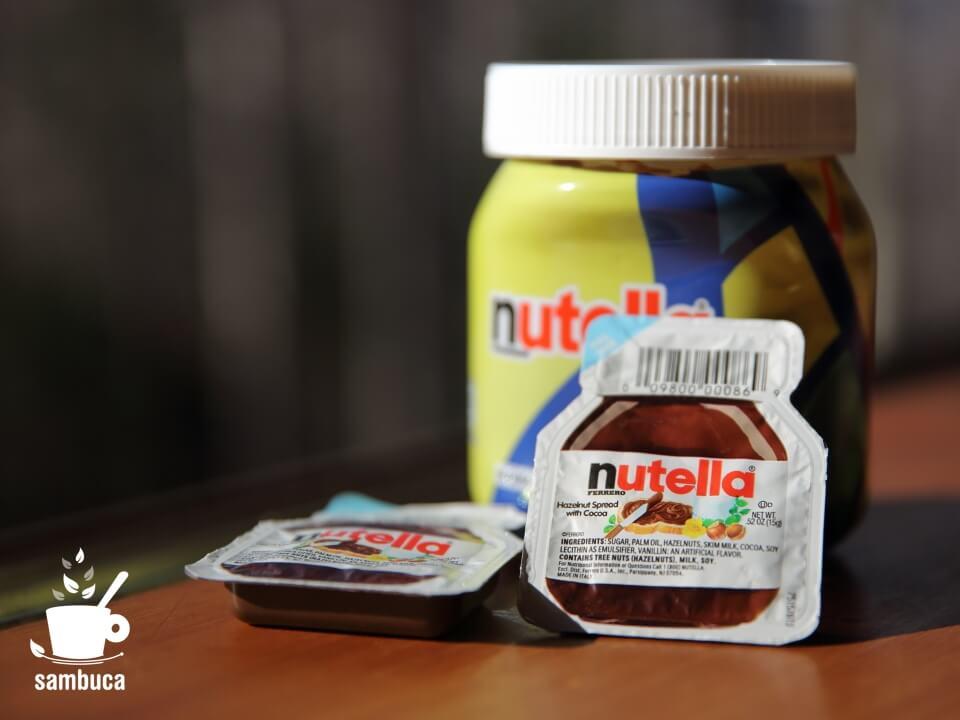 nutellaの使い切りサイズと、奥はスペインの限定パッケージ