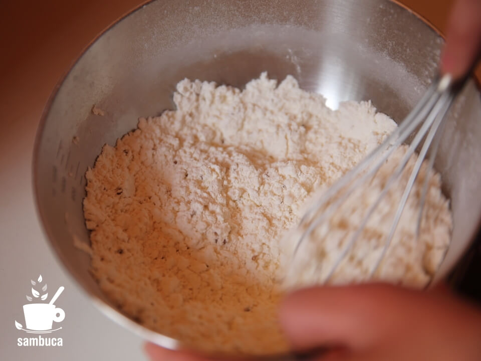 薄力粉とベーキングパウダー、アニスシードをボウルで混ぜます(サンブーカのケーキ)