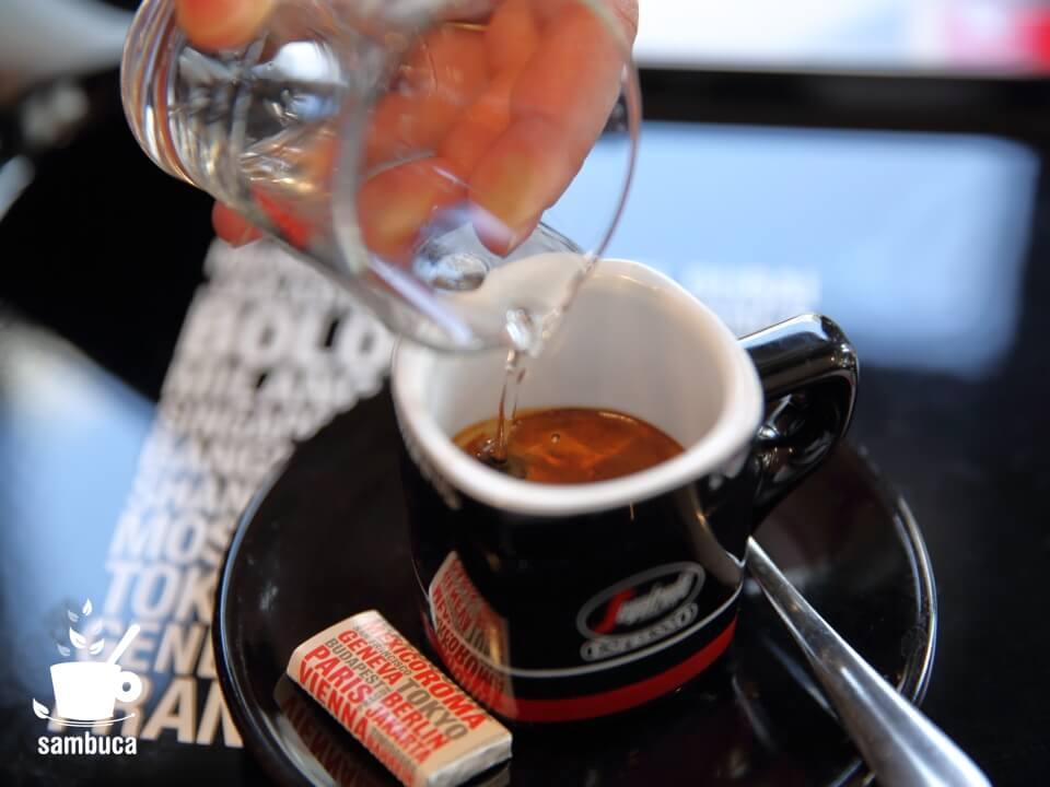 セガフレードで飲むカフェ・サンブーカ