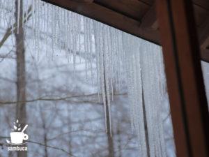 木の家から見る氷柱