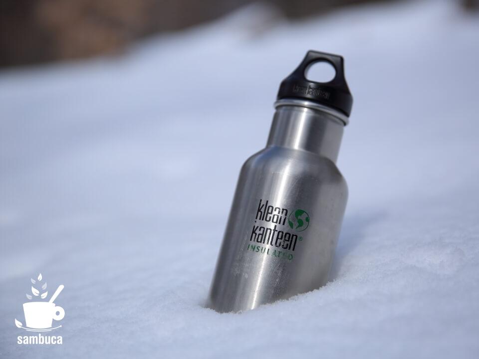 雪の中のクリーンカンティーン(klean kanteen)のボトル(インスレート クラシック)