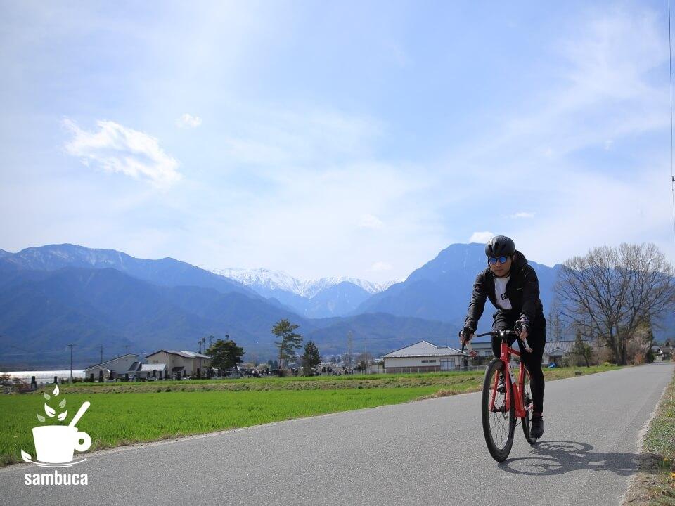 アルプスの風景を背にして、3Tバイクで有明山通りを下ります