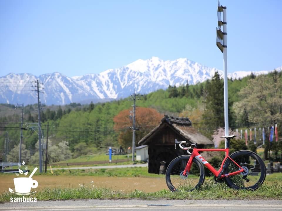 新行高原(美麻新行)の水車小屋と北アルプス、3Tバイク