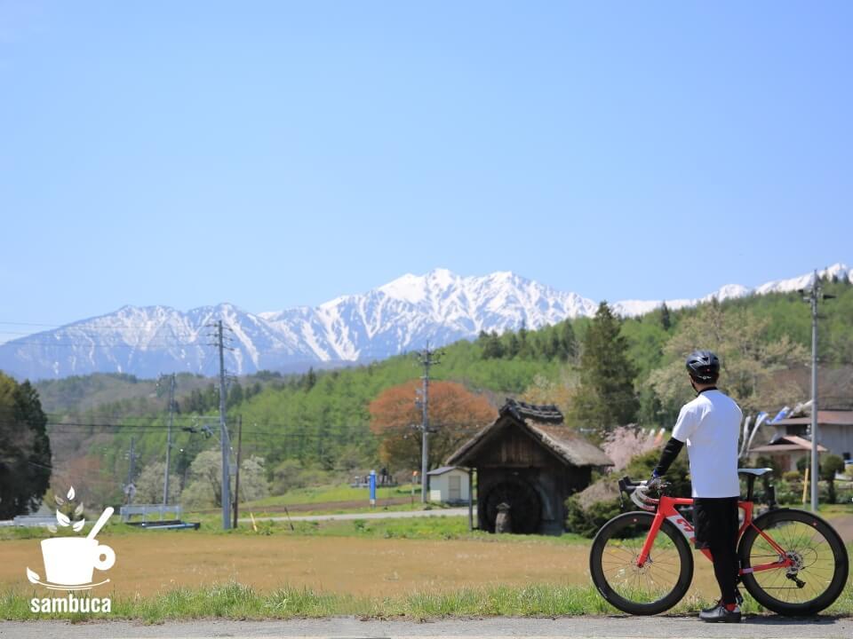 美麻新行の水車小屋と北アルプスを眺める(3Tバイクと共に)