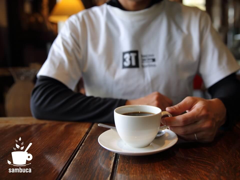 美麻珈琲でカフェタイム(3TのTシャツ着てます)