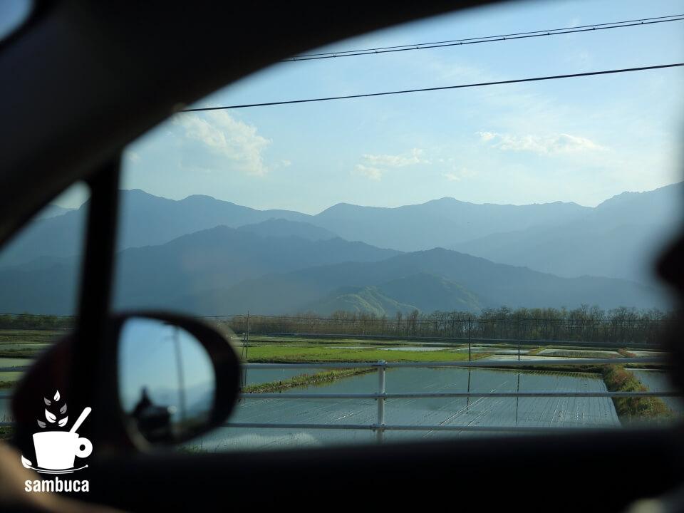 帰りの車窓から(FIAT500から見る水田と山並み)