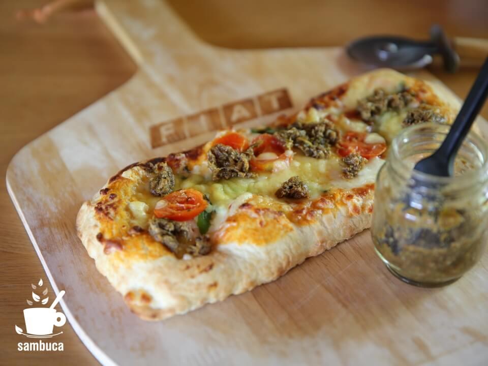 ピザにフキ味噌を載せて
