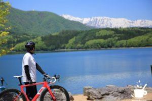 青木湖の向こうには白馬三山