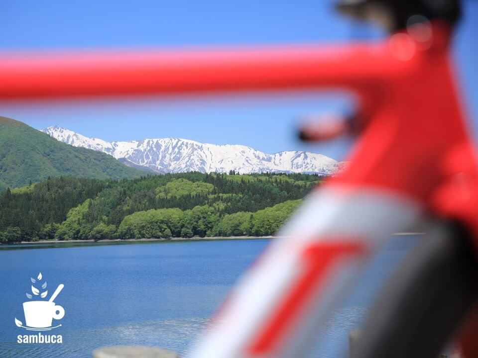 3Tバイクのフレームから覗く青木湖と北アルプス