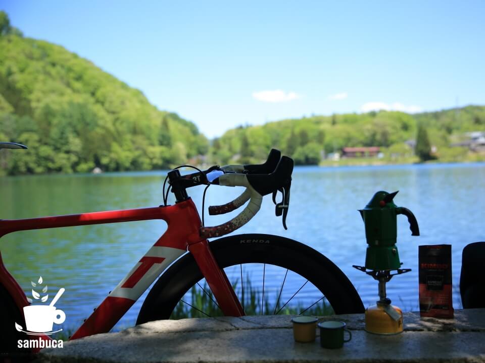 石のベンチのすぐ向こうは中綱湖(3Tバイクを置いて)