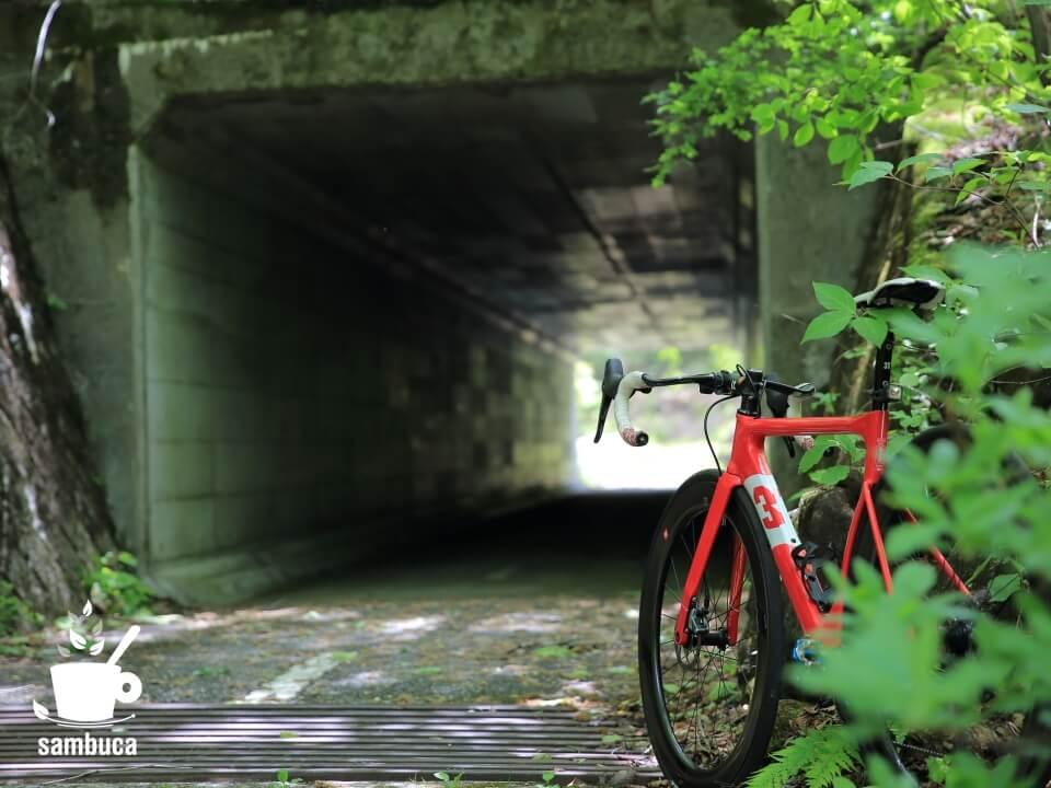サイクリングロードのトンネル
