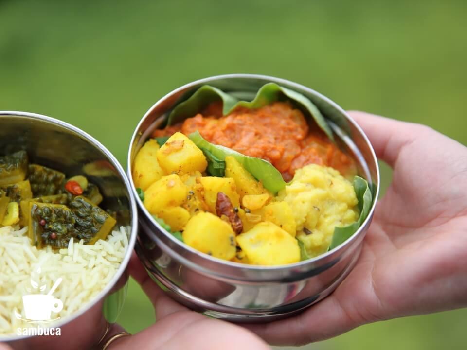 ダッバーに詰めたカレーや炒め物など(インド料理)