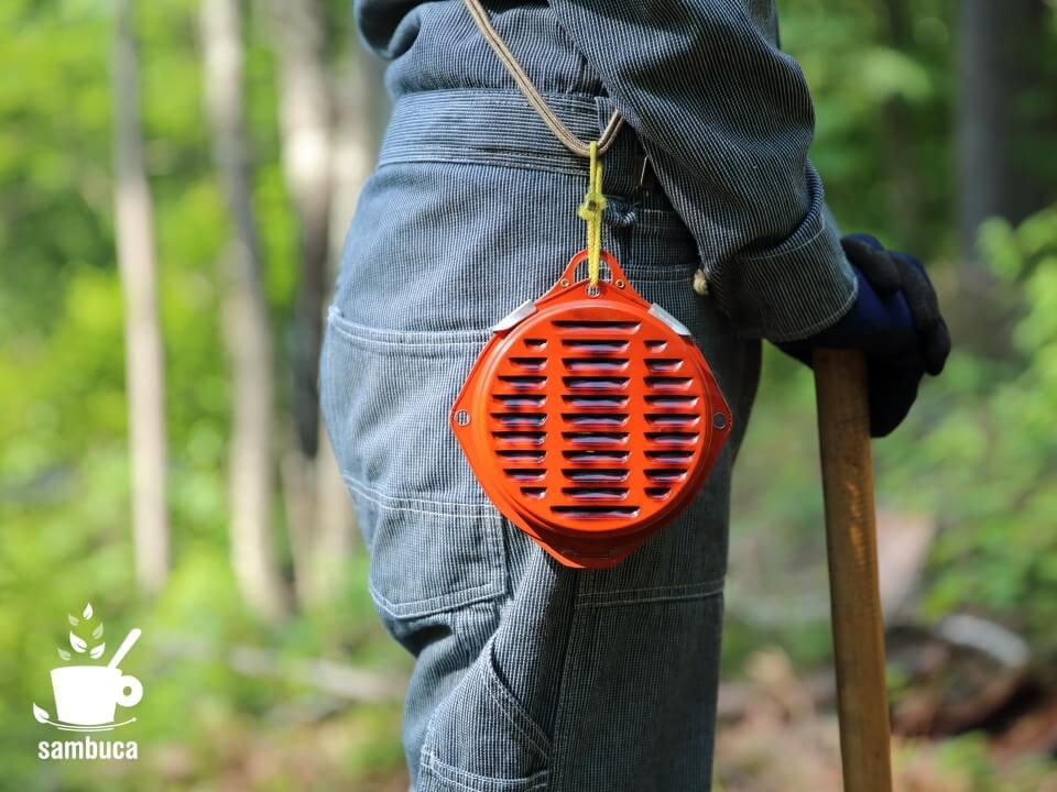 携帯防虫器を腰に装着して屋外作業