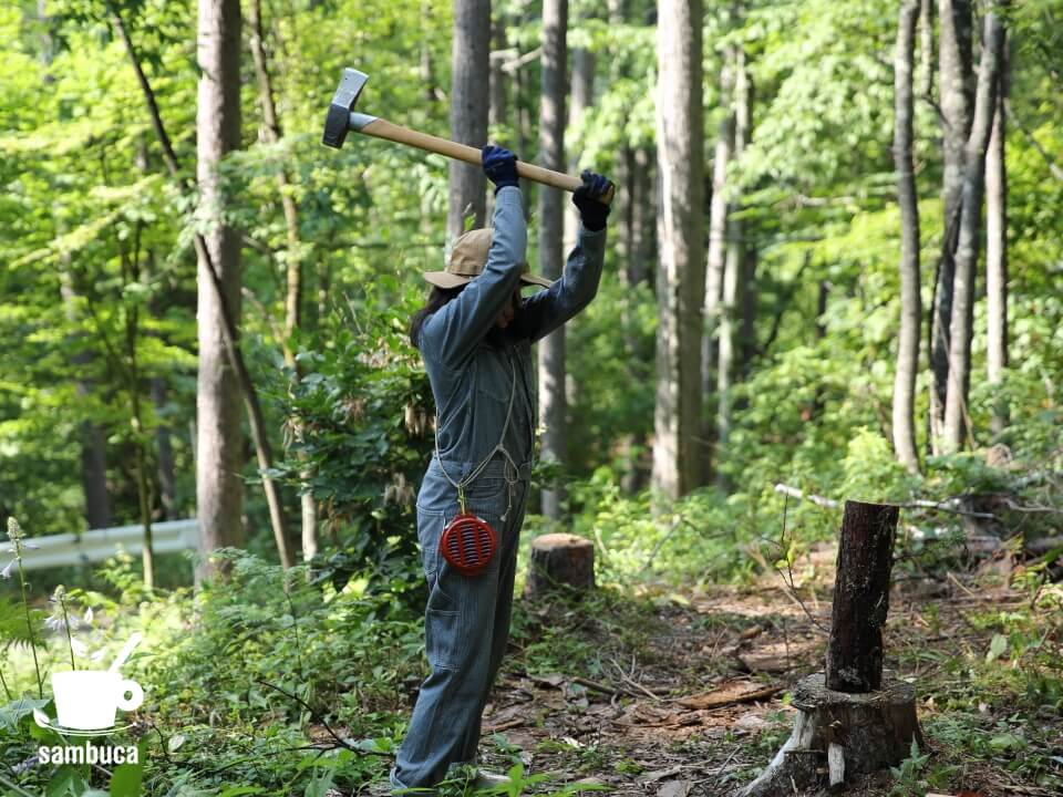 携帯防虫器を付けて薪割り作業