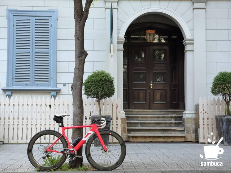 旧居留地十五番館と3Tのロードバイク