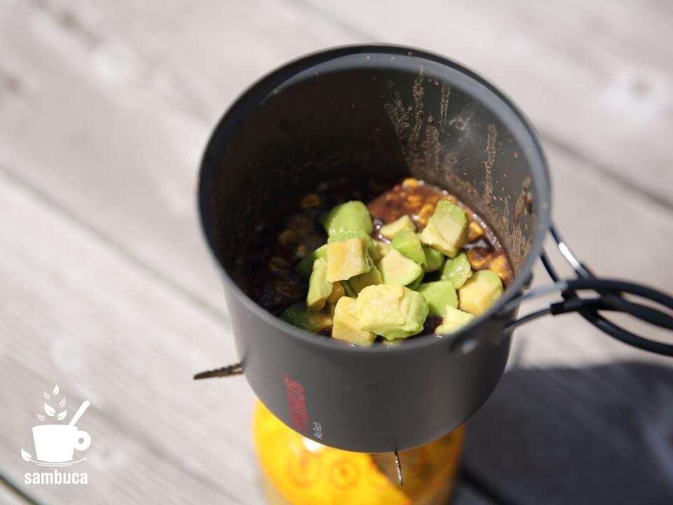 カルディのアボカドダイスカットをパタゴニアのスープに加えた状態
