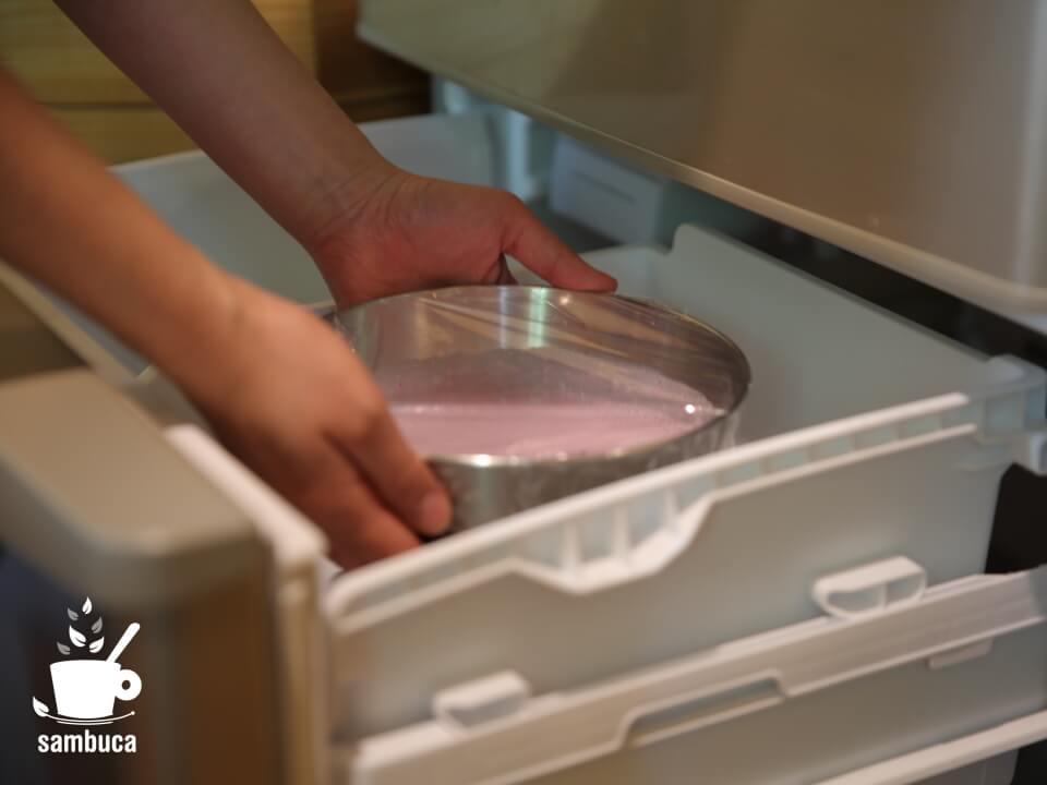 冷凍庫に入れます