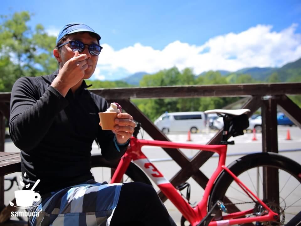 サイクリングの休憩にジェラートを