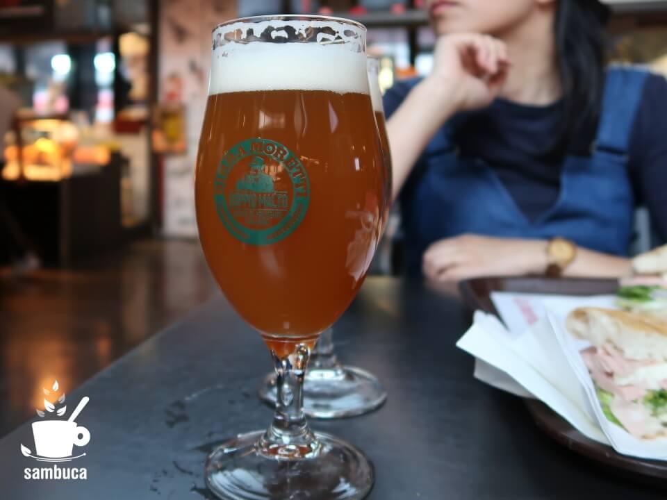 モレッティの生ビール(ローマ・テルミニ駅のフードコートにて)