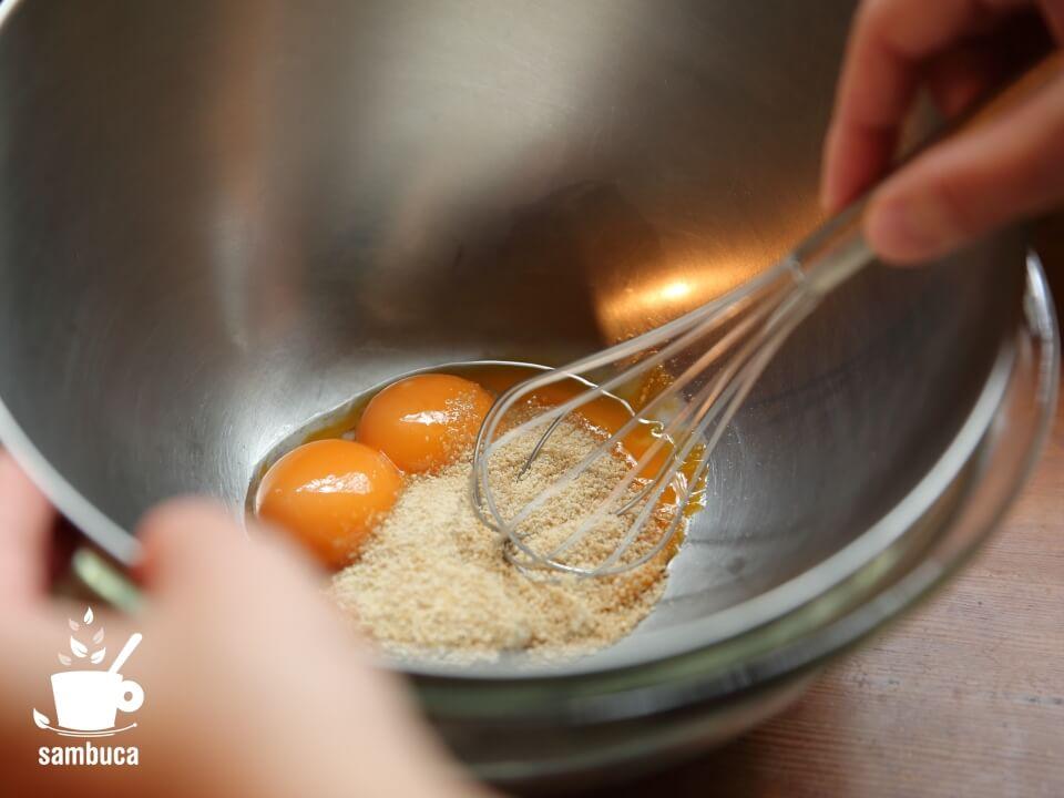 卵黄と砂糖を混ぜます