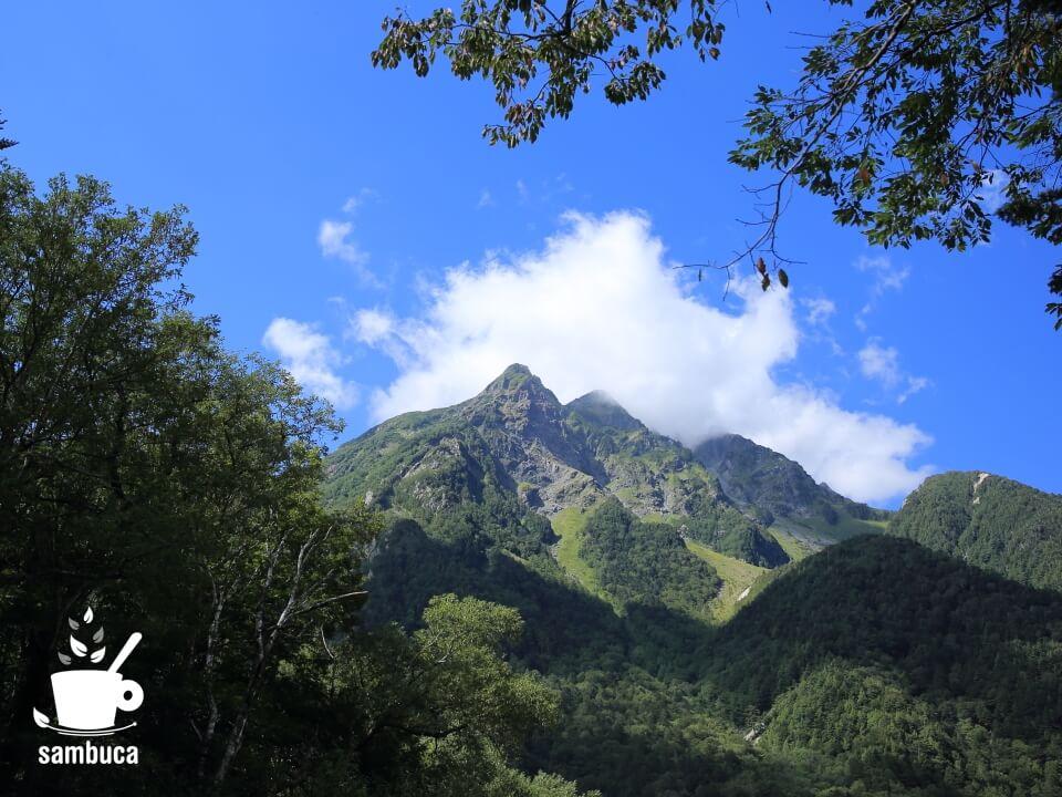 上高地に到着して見上げる明神岳