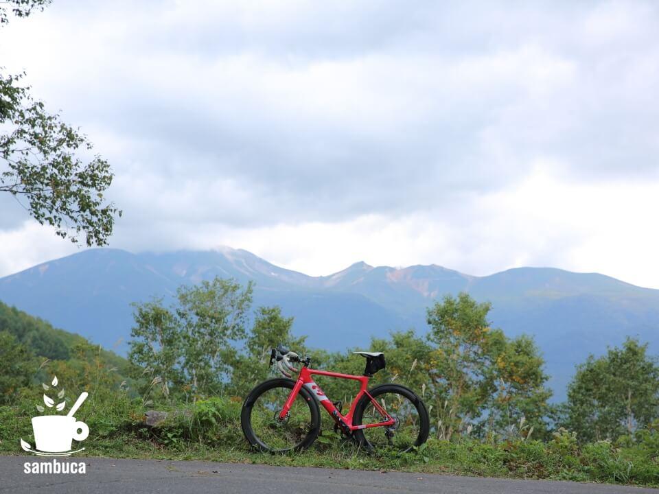 白樺峠から望む乗鞍岳と3Tのロードバイク