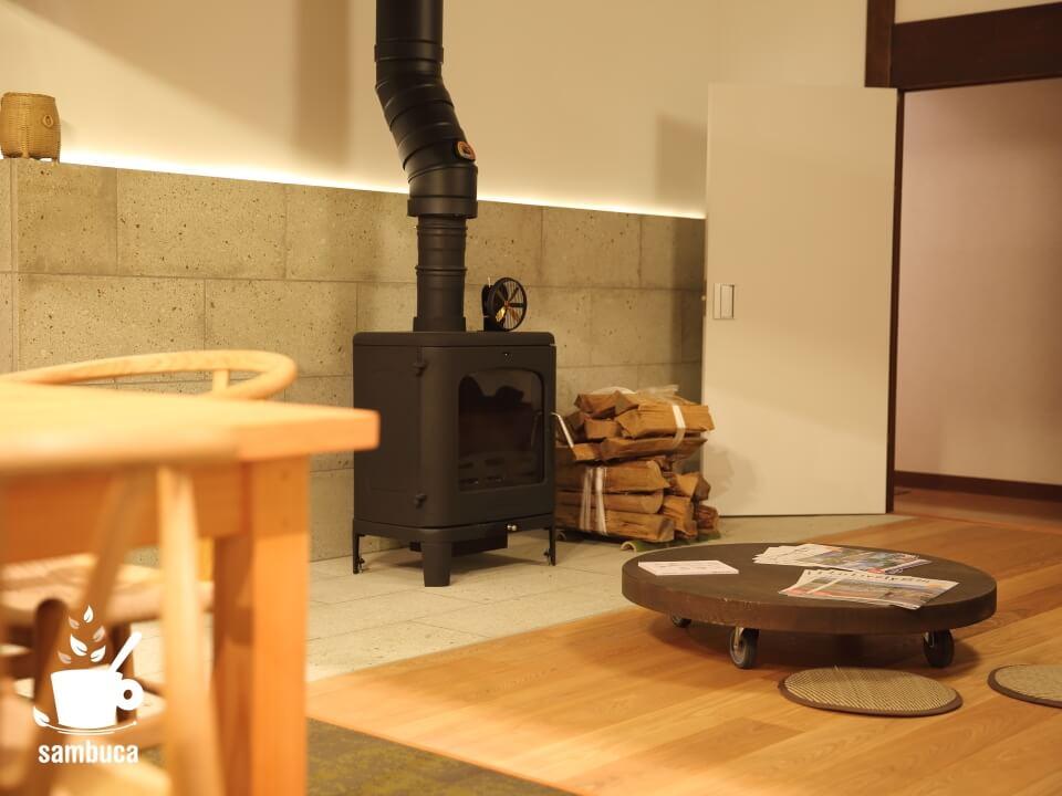 Satoyama villa DENの薪ストーブコーナー