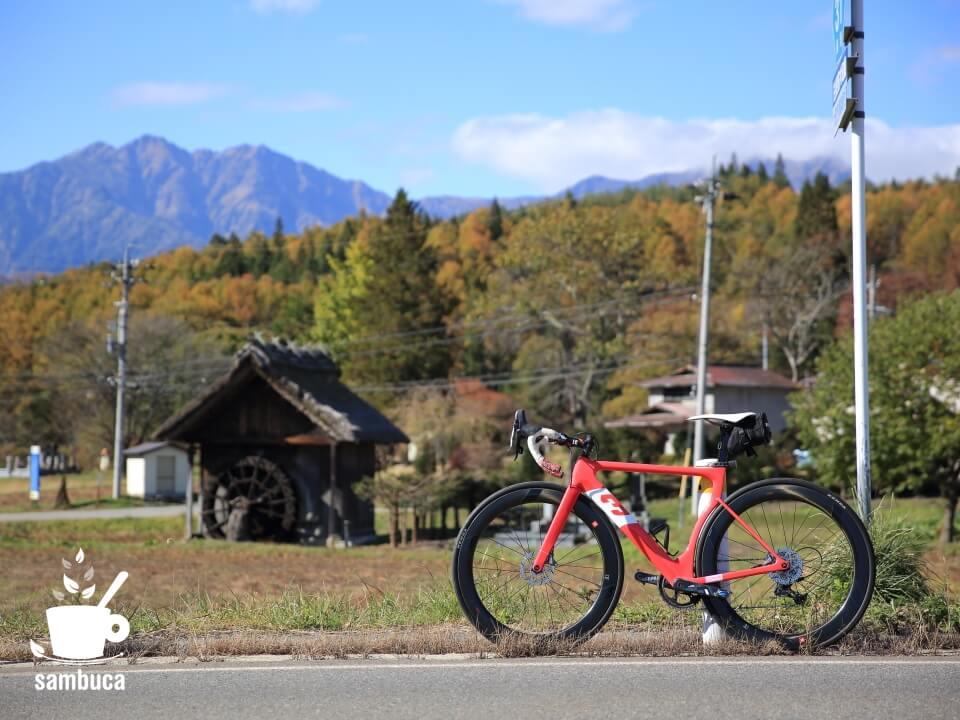 新行高原(美麻新行)の水車小屋と3Tのロードバイク