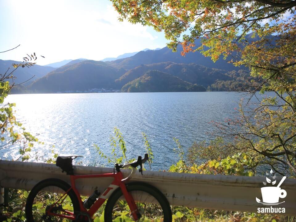青木湖を通過します