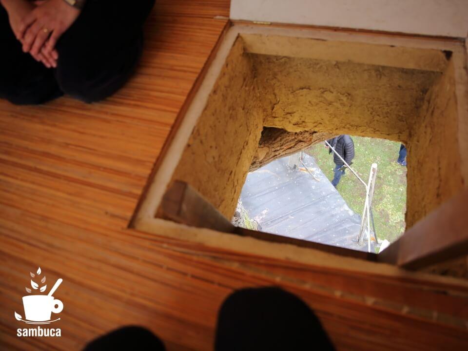 高過庵の入口から下を眺める