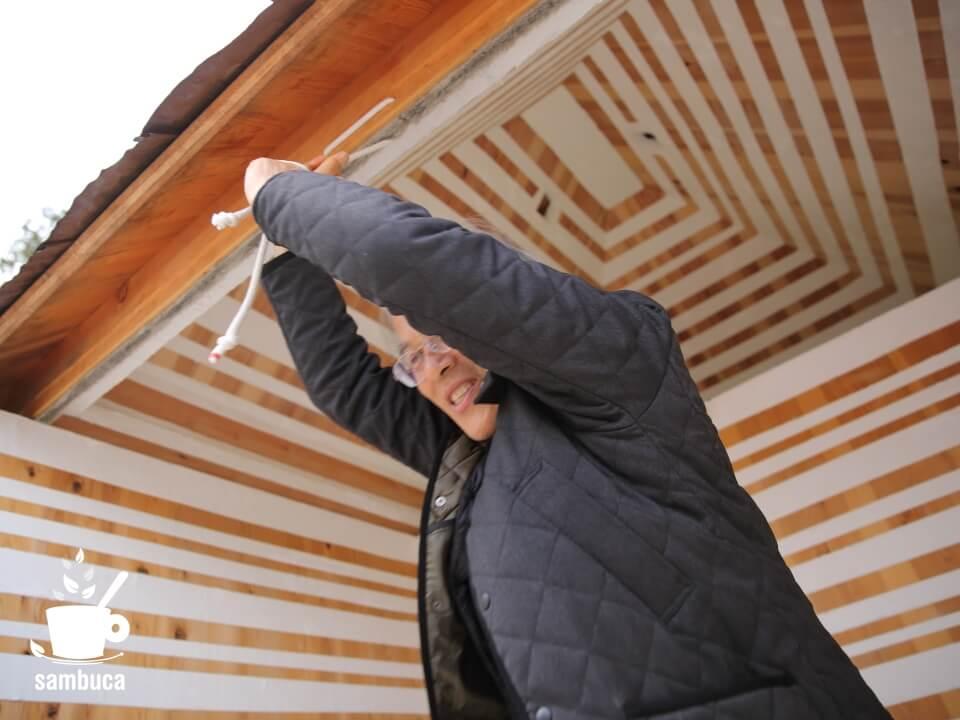 藤森さんがロープを引っ張って屋根をオープン