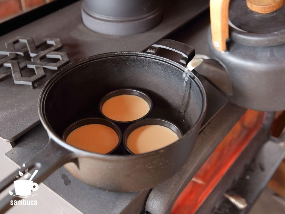 鍋の底にお湯を張ります