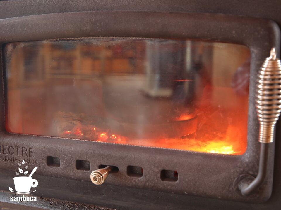 炉内に鍋を入れます