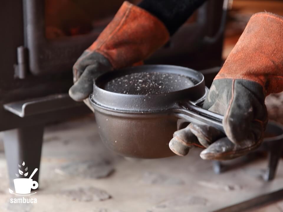 薪ストーブから鍋を取り出します