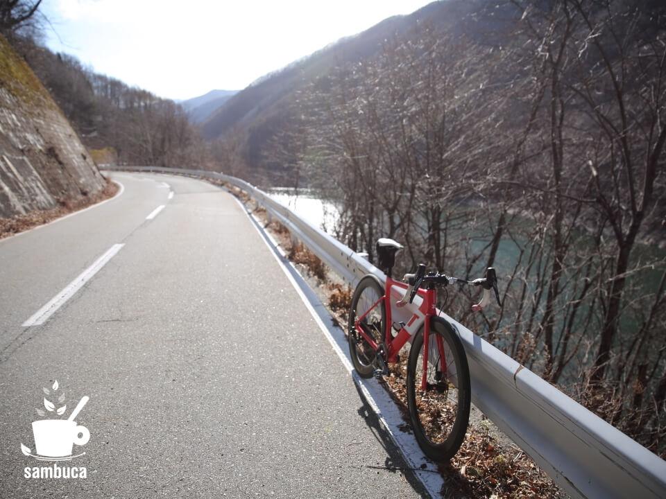 奈良井ダムの湖畔