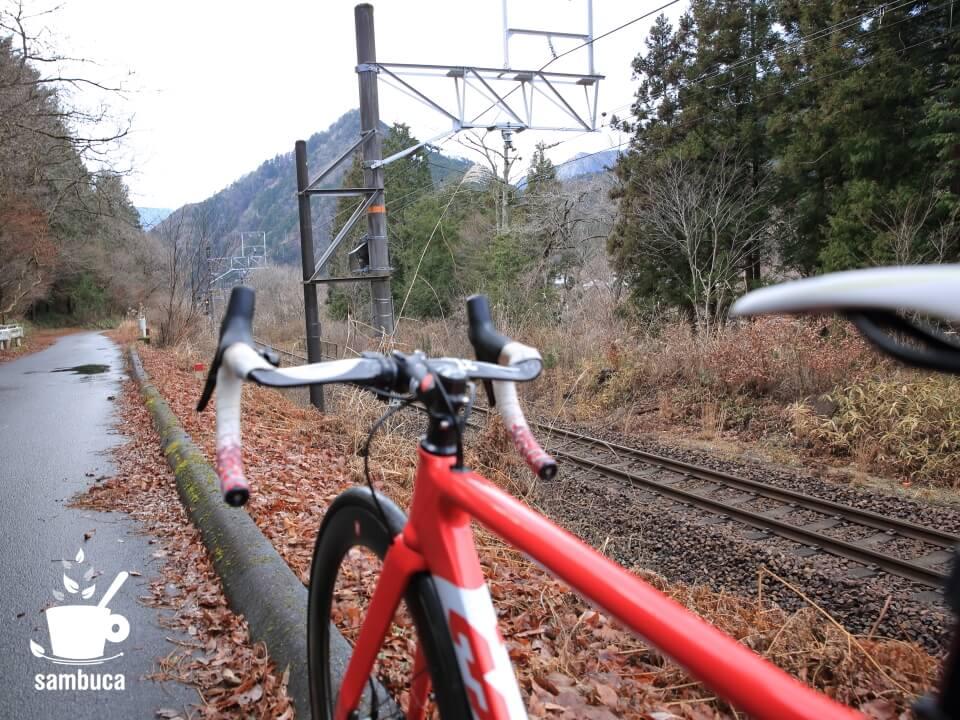 線路沿いの道