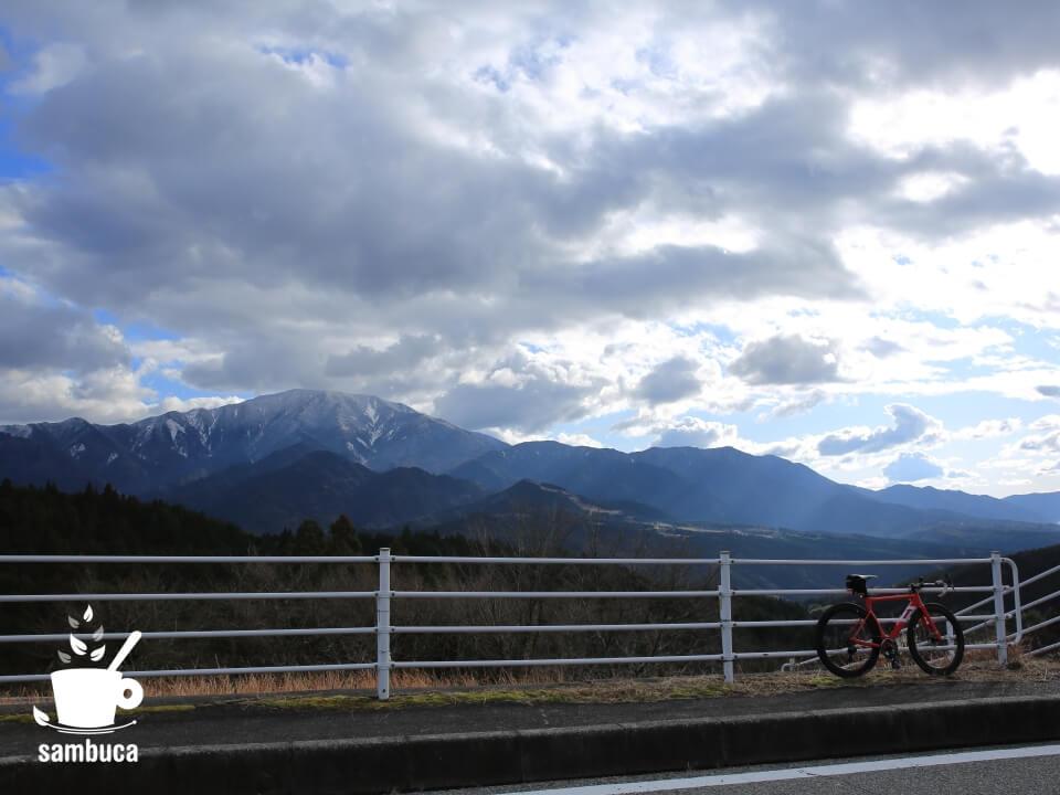 雪をかぶった恵那山