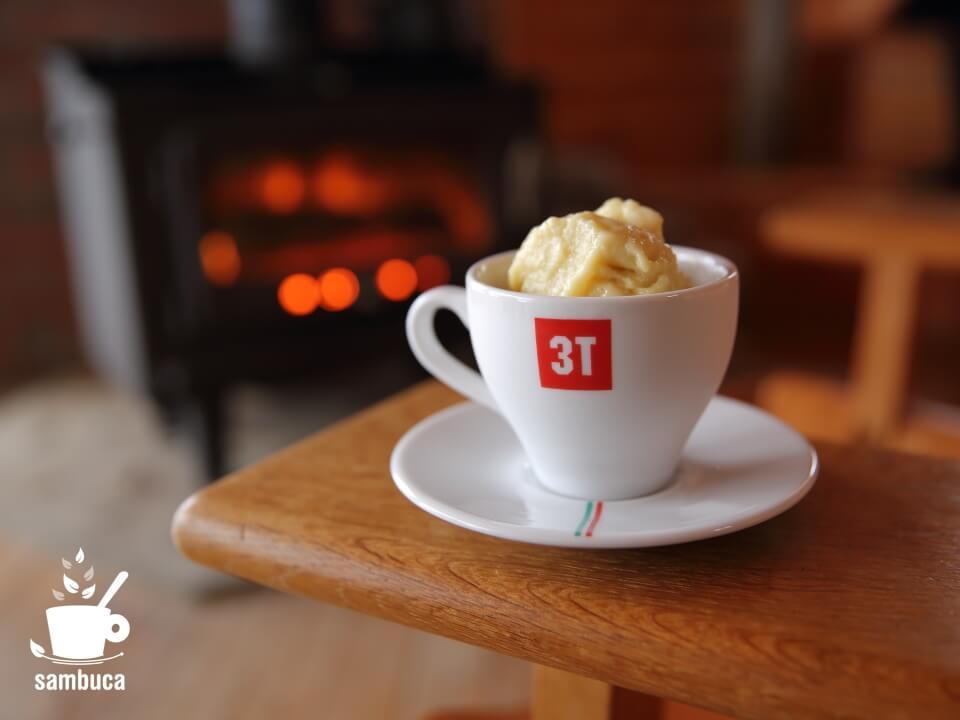 完成したサツマイモのジェラート(3Tのコーヒーカップに盛り付け)