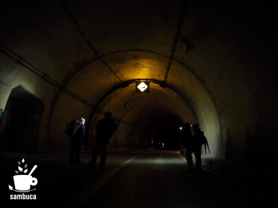 釜トンネルの中