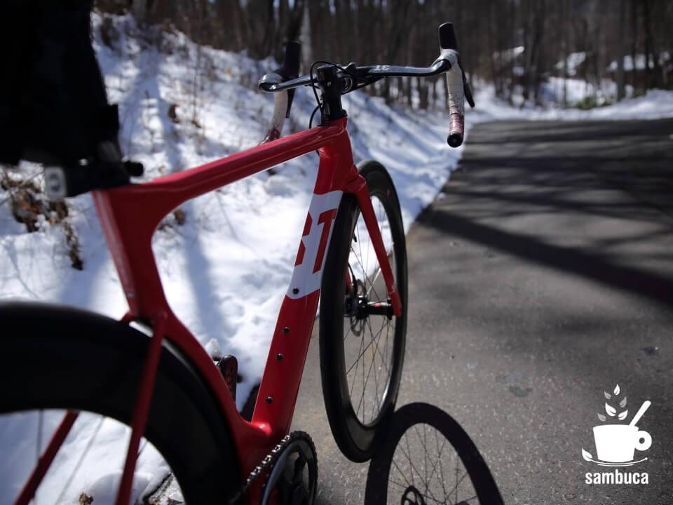 雪解けした道路と3Tのロードバイク(ストラーダ)