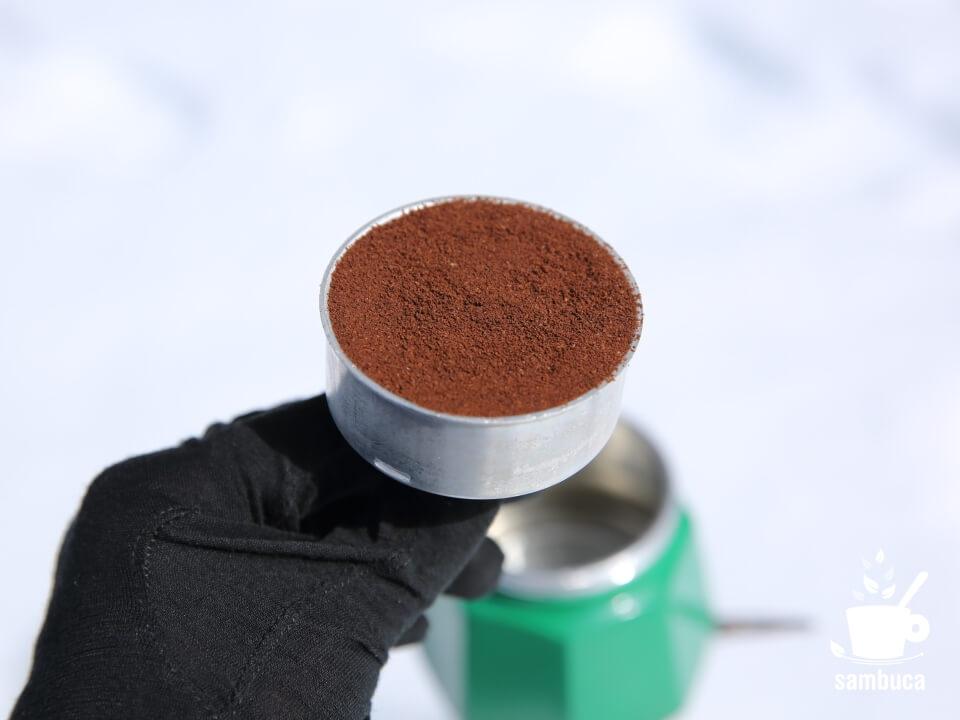 バスケットにコーヒー粉を詰めます