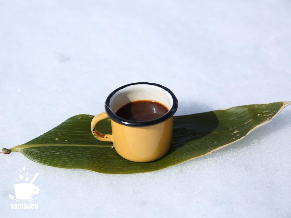 デミタスカップを笹の葉の上に