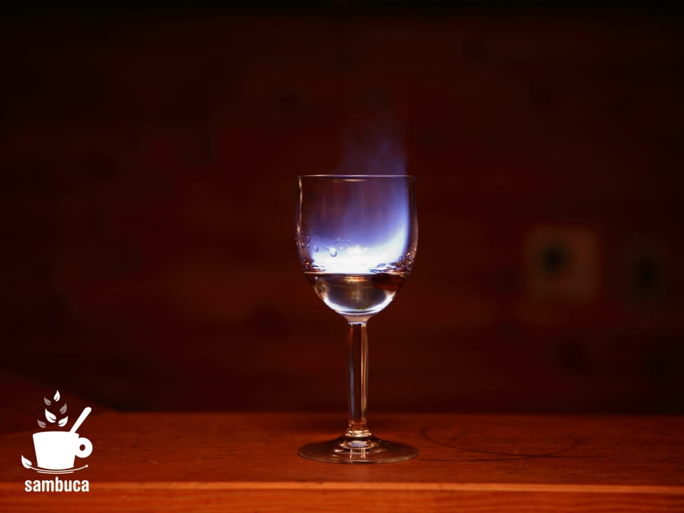 リキュールにコーヒー豆を浮かべて火をつけるカクテル「サンブーカ・コン・モスカ」