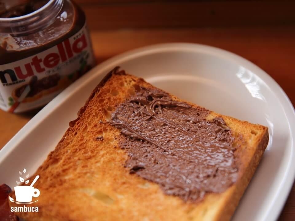 パンに塗ったヌテラ