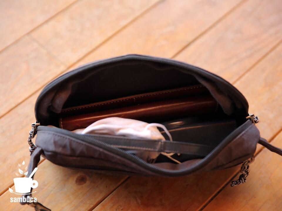 ベルトバッグに荷物を入れたところ