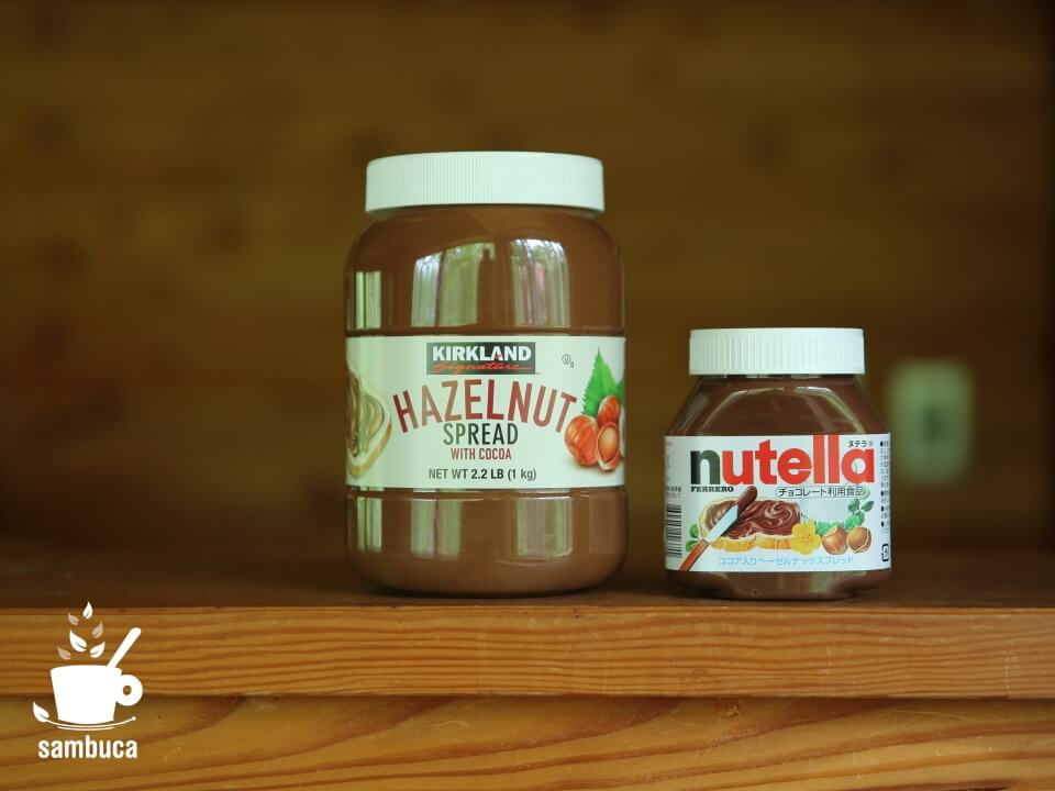 コストコの「ヘーゼルナッツ チョコレート スプレッド」(左)