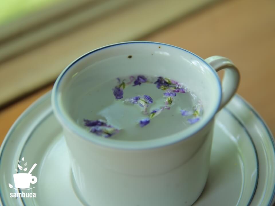 お茶に浮かべたスミレの花の砂糖漬け